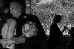 abrazo-novia-padre-maquillaje-contraluz